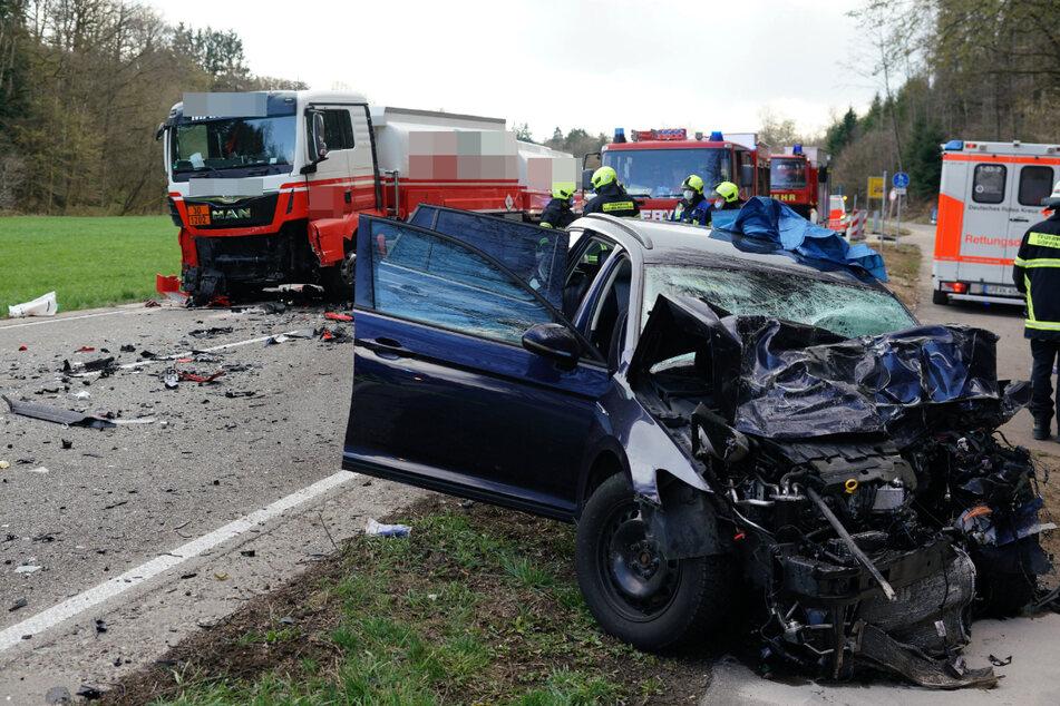 VW-Fahrer schwebt nach Frontal-Crash mit Heizöl-Lkw in Lebensgefahr