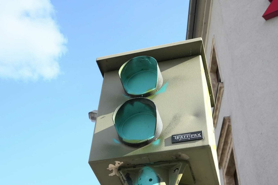 Nächste Farb-Attacke in Chemnitz: Rotlicht-Blitzer besprüht