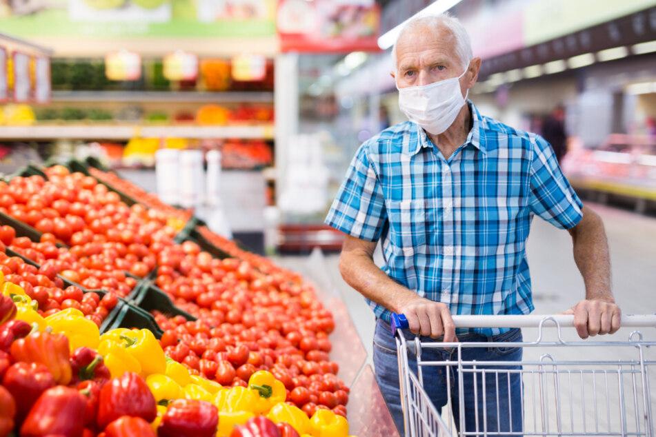Weil er seine Maske nicht tragen wollte: 66-Jähriger geht auf Supermarkt-Security los!