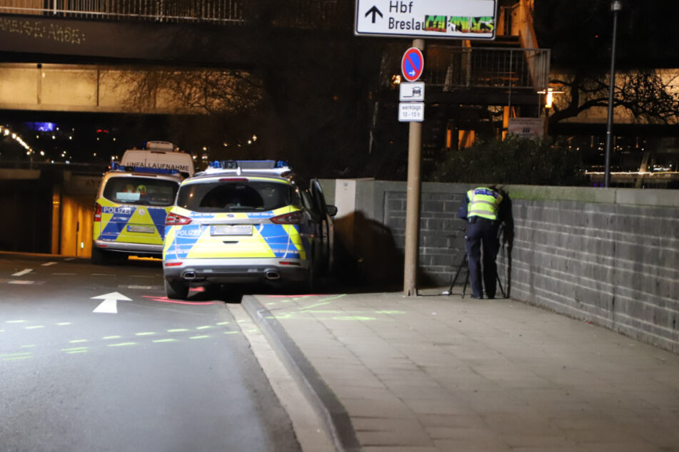 Ein Team der Polizei hat den Bereich um die Unfallstelle auf der Rheinuferstraße abgesperrt.