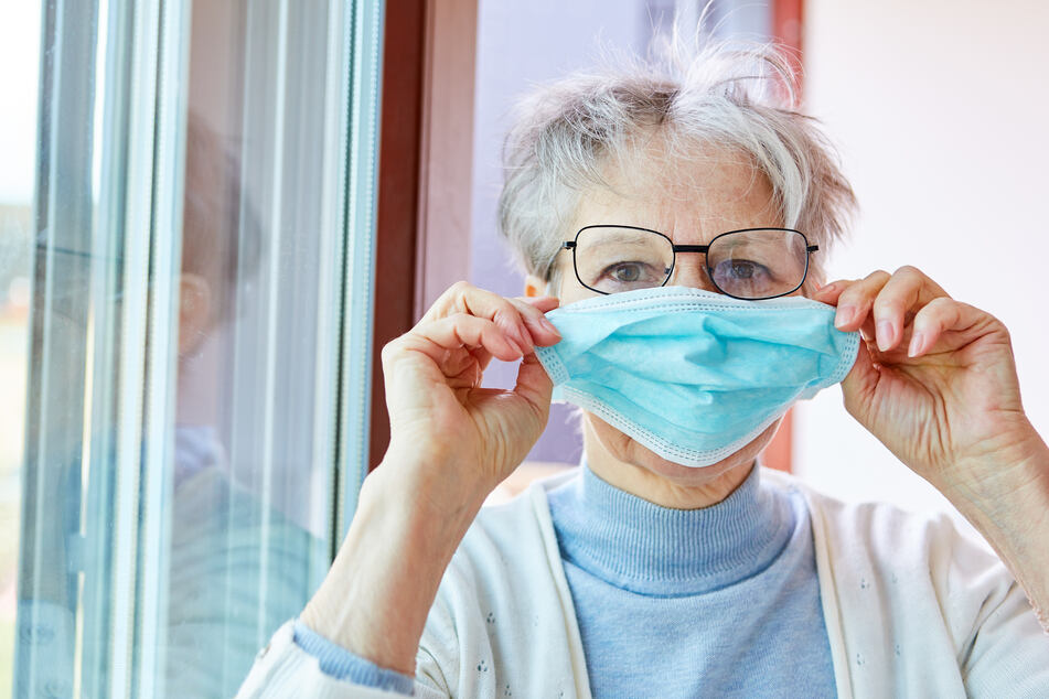 Ein Mundschutz kann verhindern, dass sich Viren durch Husten oder Niesen auf andere Menschen übertragen.