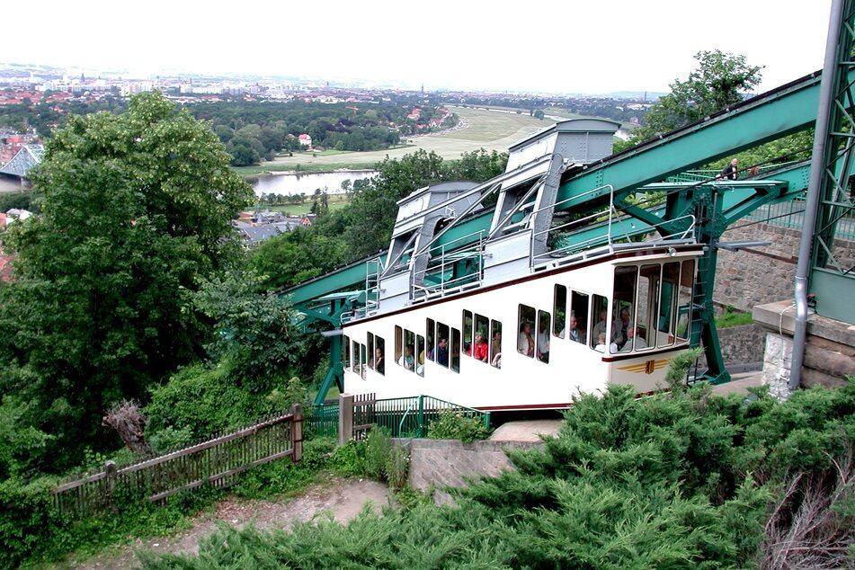 Dresdens historische Schwebebahn ist immer eine Fahrt wert. Bei der Aussichtsplattform gibt es einen fantastischen Blick über das Elbtal.