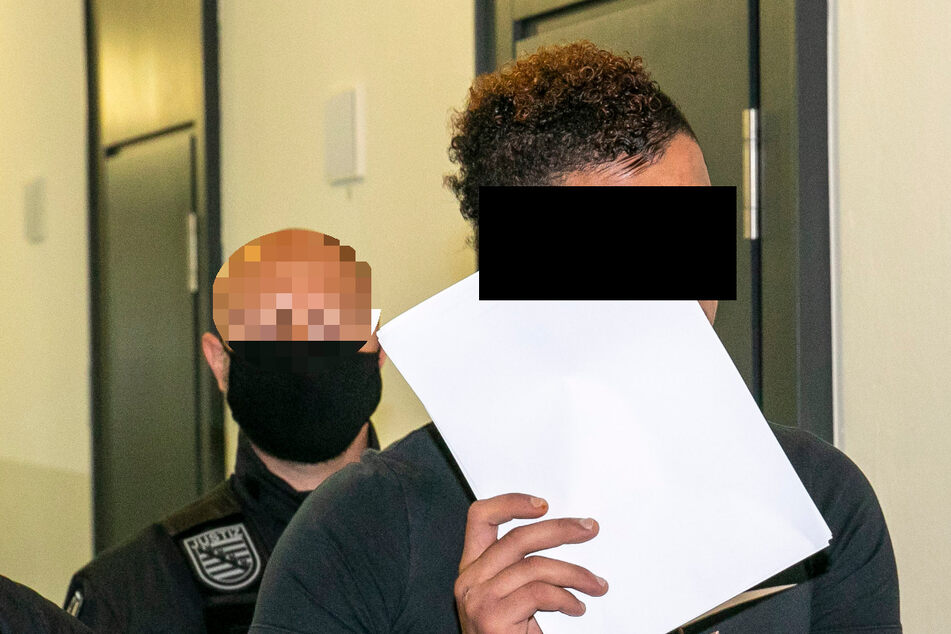 Mit Sonderbewachung sowie in Hand- und Fußfesseln wurde Ammar S. (23) in den Verhandlungssaal im Amtsgericht gebracht.