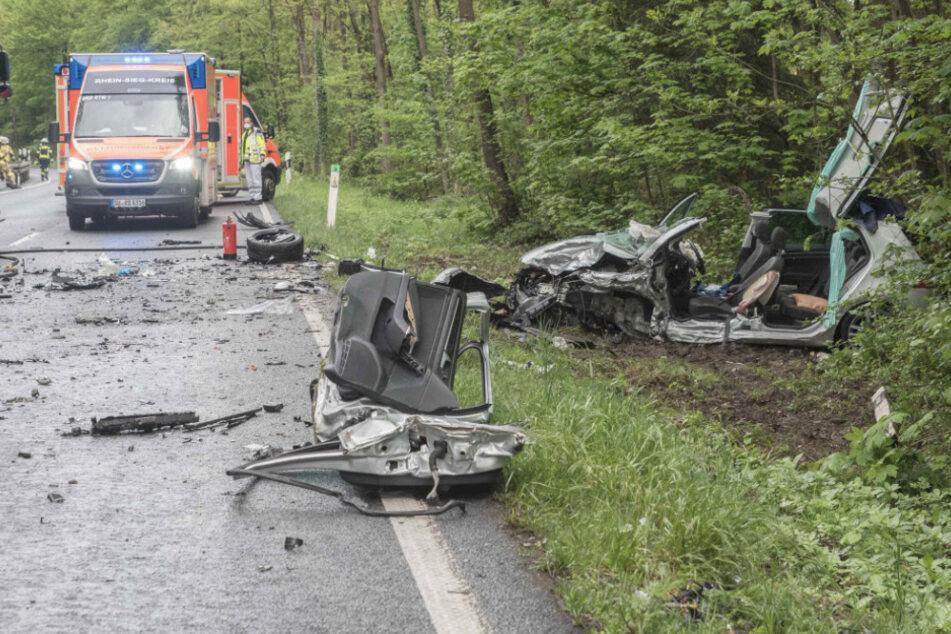 18-Jähriger rast in Gegenverkehr, Frau (64) schwer verletzt im Auto eingeklemmt