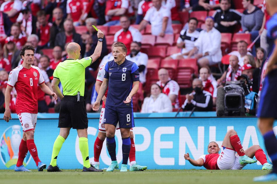 Das ging fix: Für sein erstes Vergehen gegen Martin Brainthwaite (r.) bekam Finnlands Robin Lod (#8) von Schiedsrichter Anthony Taylor in der 4. Minute Gelb.