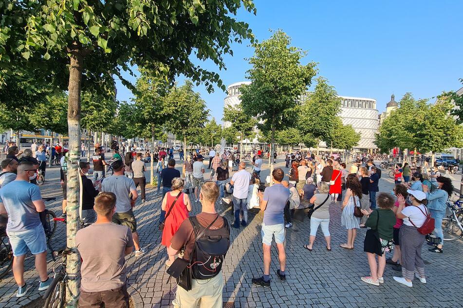 """Auf dem Richard-Wagner-Platz haben sich um die 50 Anhänger der """"Bürgerbewegung Leipzig 2021"""" versammelt. Ihnen gegenüber steht der Gegenprotest."""