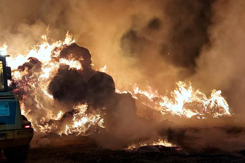Flammenmeer: 400 Strohballen brennen lichterloh