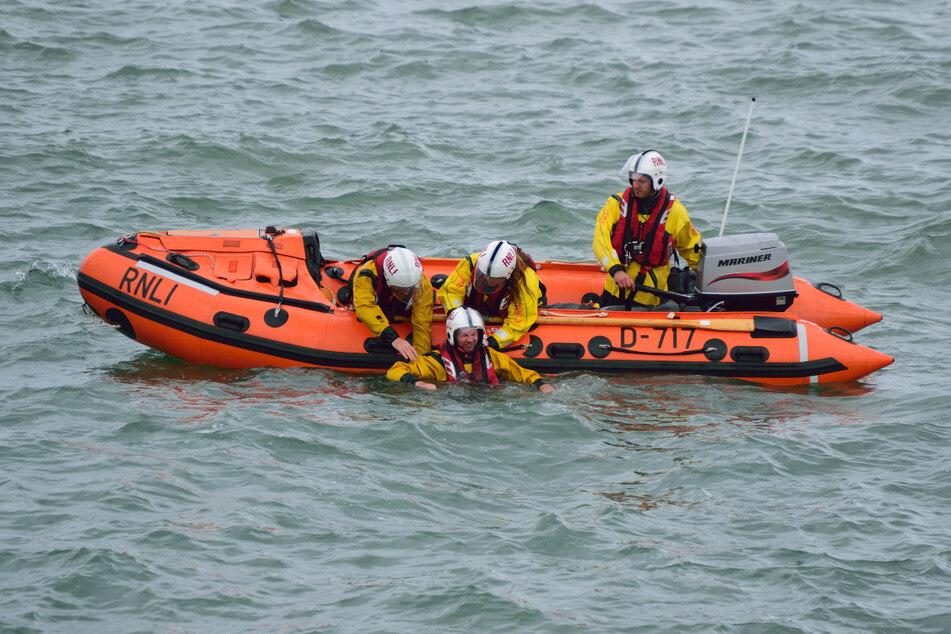 Die Rettungskräfte haben den Jungen erst nach einer Stunde gefunden, zum Glück war er immer noch am Leben. (Symbolbild)