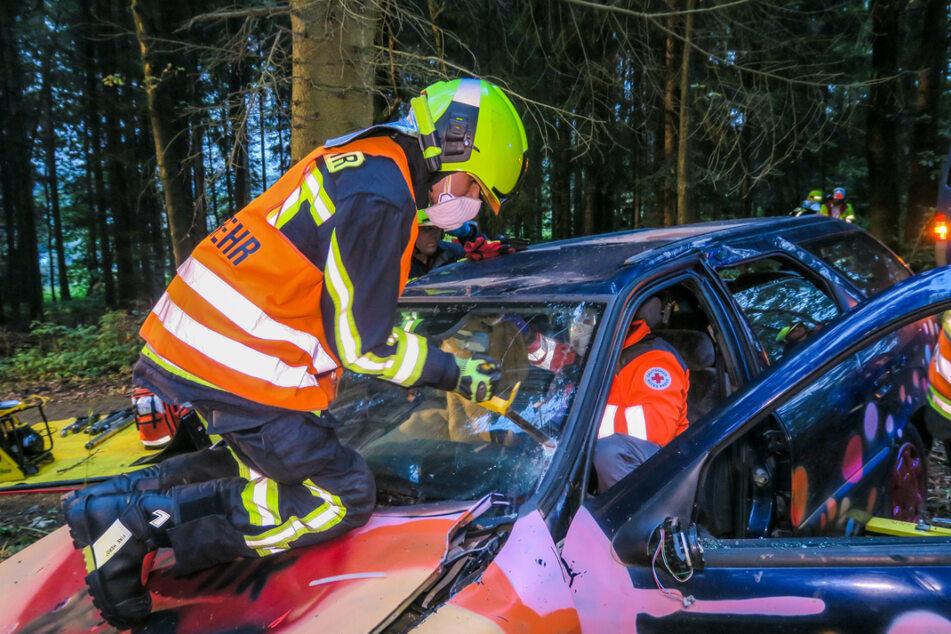 Während die Feuerwehr das Autodach entfernte, wurde der Insasse vom Rettungsdienst betreut.