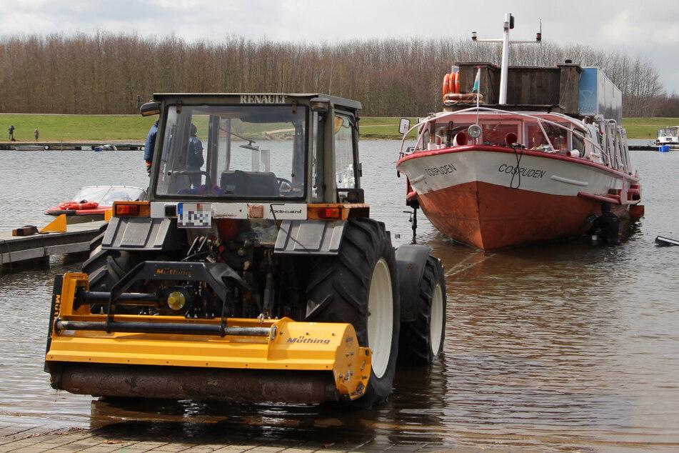 Mit dem Traktor wurde die MS Cospuden im Zöbigker Hafen aus dem See gezogen.