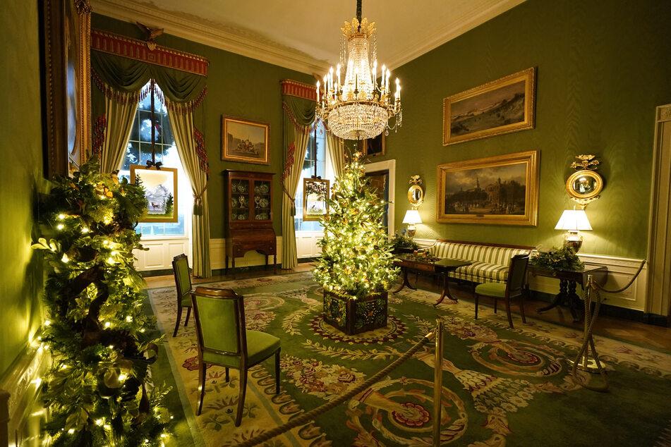 Ein Weihnachtsbaum steht auch im Grünen Raum (Green Room).