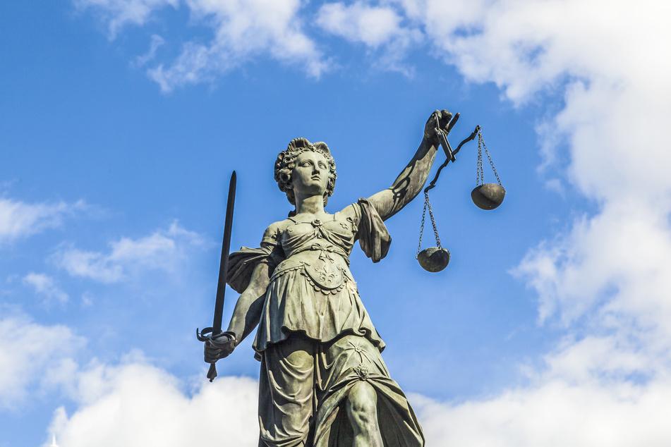 Ein 28-jähriger Brite musste sich wegen Erpressung und Freiheitsberaubung vor Gericht verteidigen. (Symbolbild)