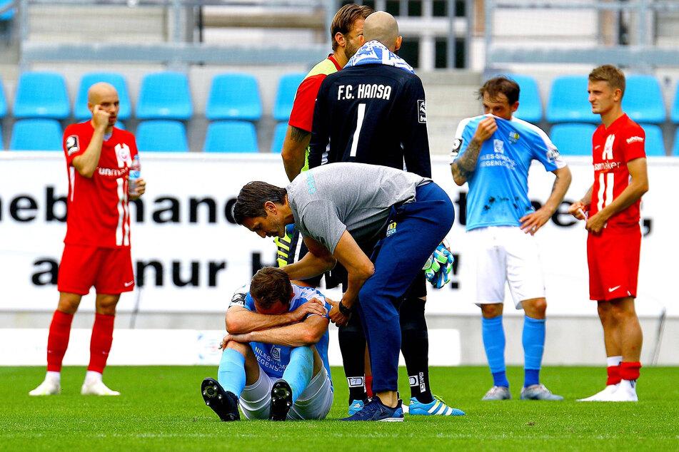 Patrick Glöckner tröstete nach dem Spiel den enttäuschten Pascal Itter. Aber auch beim Trainer ist nach dem Abstieg der Akku leer.