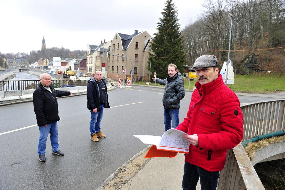 BI-Chef Ralf Kirchübel (61) und Anwohner fürchten ab April chaotische Verkehrsverhältnisse, weil die B95 in Harthau gesperrt wird.