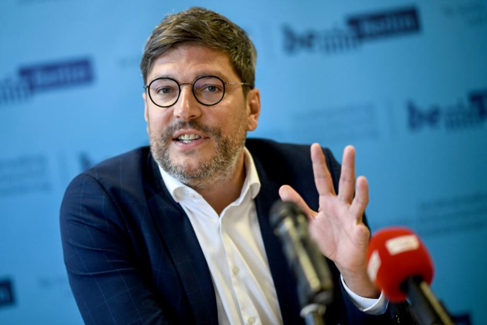 Dirk Behrendt (49, Bündnis 90/Die Grünen), spricht bei einer Pressekonferenz.