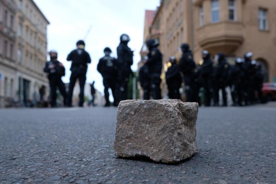 Steine sollen auf ein Polizeiauto geworfen worden sein.
