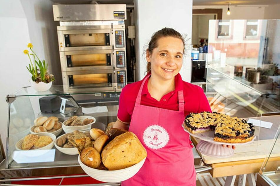 """""""Fräulein Tortenglück"""" Jana Wentzlaff (37) bietet ihren Kunden Torten, Kuchen, Brot und Brötchen an. Ihr Geschäft ist donnerstags bis sonntags, jeweils von 8 bis 16.30 Uhr, geöffnet."""