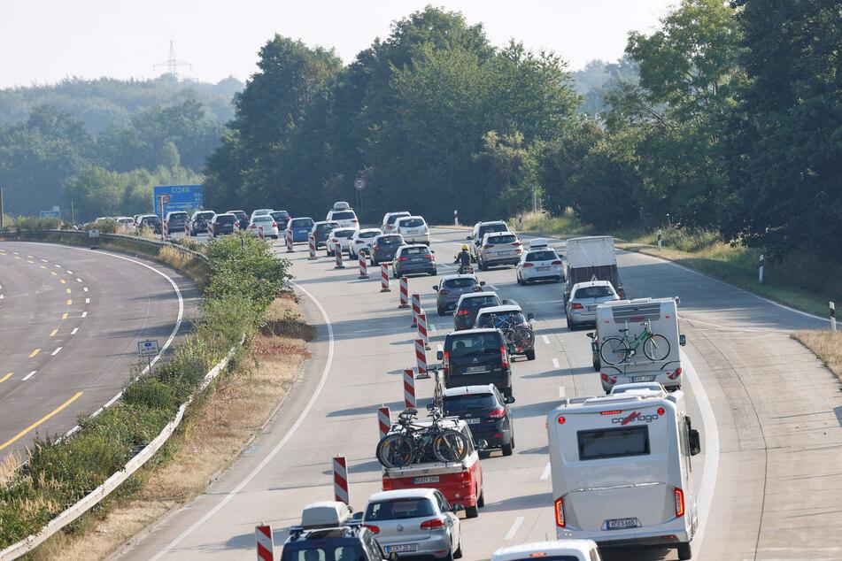 Der Verkehr staut sich auf der A1 zwischen Hamburg und Lübeck.