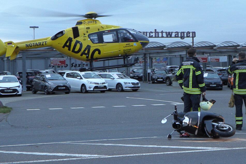 Moped gegen Auto: Verletzte Fahrerin kommt mit Hubschrauber in Klinik
