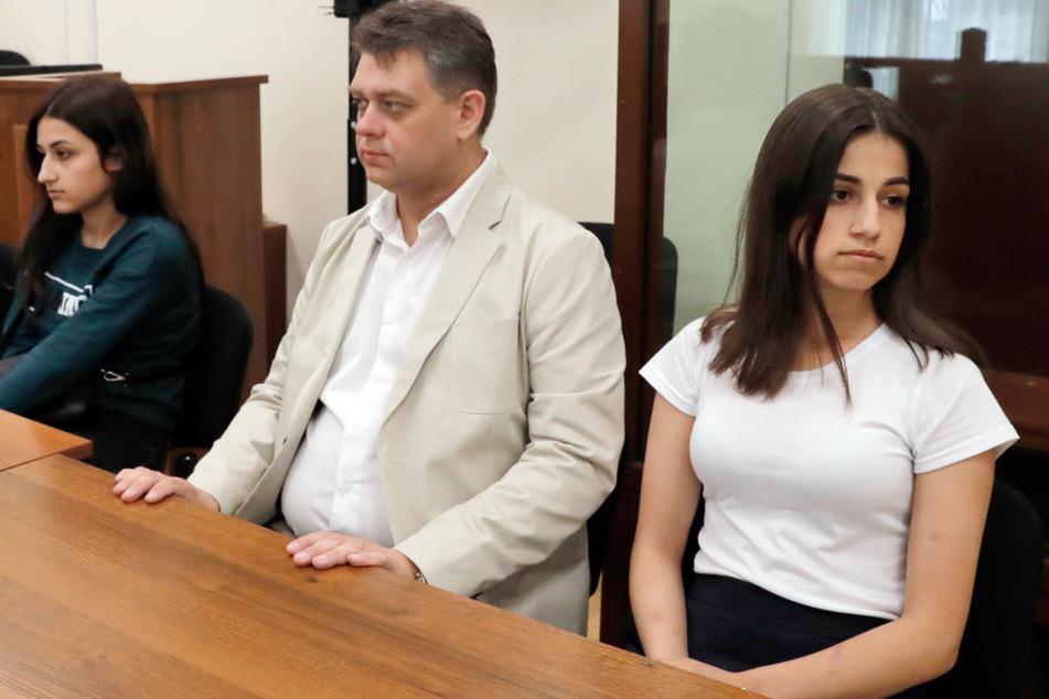 Maria (li.) und Angelina (re.), zwei der drei wegen des Mordes an ihrem Vater angeklagten Geschwister, sitzen im Bezirksgericht Basmanny.
