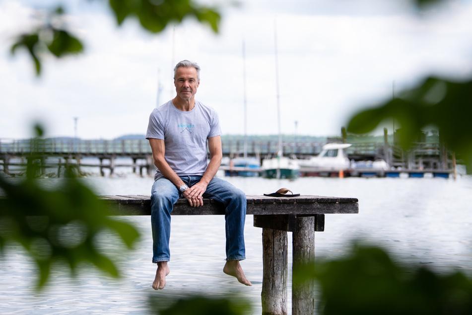 Hannes Jaenicke (60) am Ammersee. Der Schauspieler rät davon ab, Lachs zu essen.