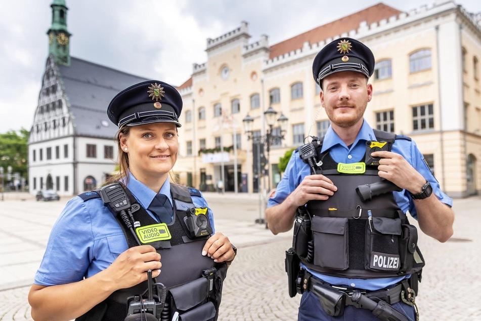 Die Polizeimeister Christiane Maul und Johannes Eckert zeigen ihre neuen Bodycams.