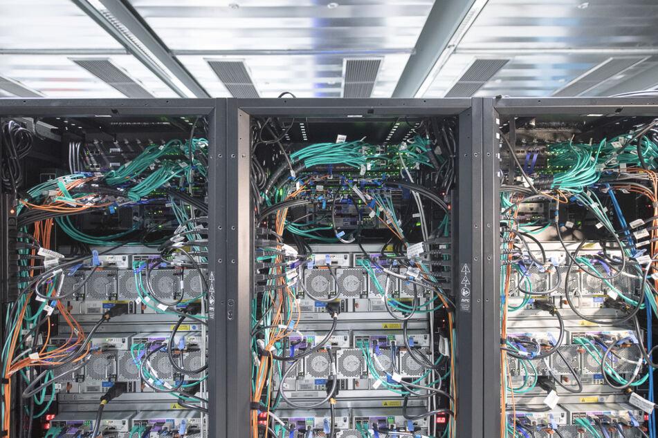 Ein Hochleistungscomputer mit dem neuronale Netze berechnet werden steht in einem Höchstleistungsrechenzentrum.