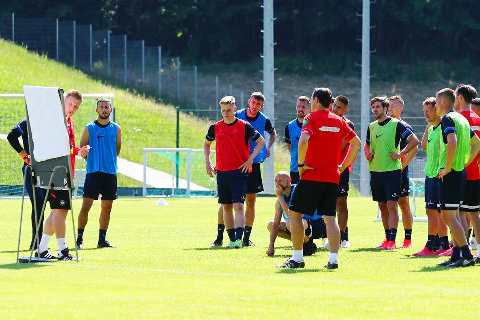 Aues Coach Aleksey Shpilevski (33) schaut hinter der Taktiktafel hervor, seine Spieler hören aufmerksam zu. Der 33-Jährige ist dabei, dem FCE eine neue Spielkultur einzuimpfen.