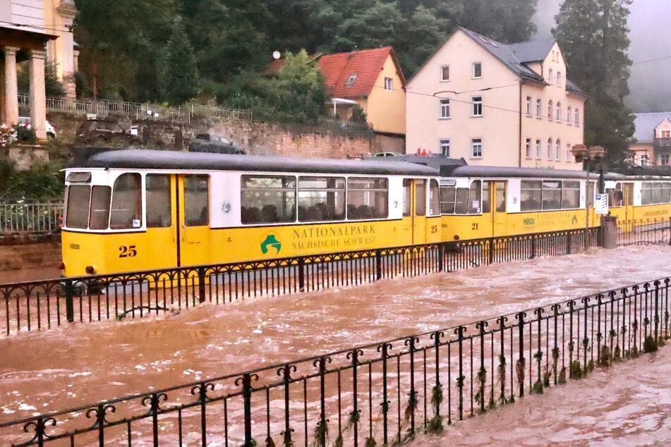 Auch die Kirnitzschtalbahn - ein absolutes Wahrzeichen der Region - ist den Wassermassen gegenüber machtlos.