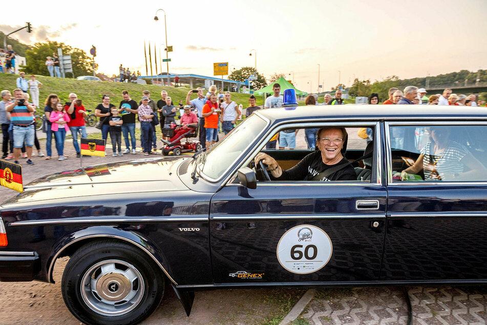 Entertainer Wolfgang Lippert (68) startet im nachtblauen Volvo 264 TE (Bj. 1982) - eine der letzten funktionstüchtigen Staatsratslimousinen der DDR.