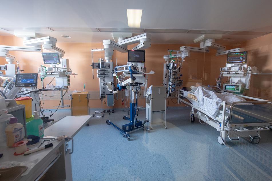 Zwei positiv getestete Corona-Patienten liegen in einem isoliertem Intensivbett-Zimmer in der Asklepios Klinik. (Archivbild)