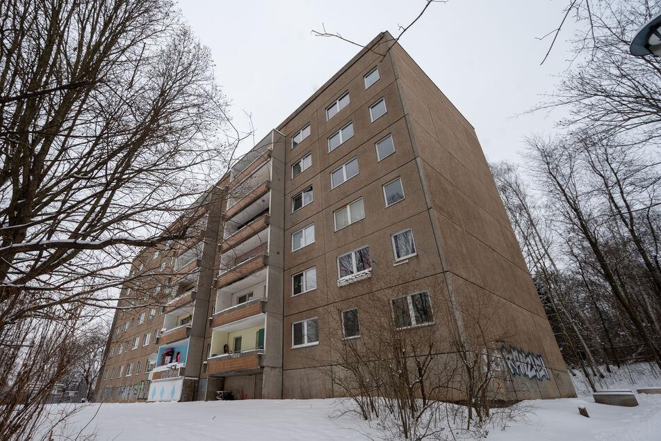 Am Sonntagabend wurde in diesem Plattenbau in der Chemnitztalstraße ein lebloser Mann im Treppenhaus gefunden. Offenbar wurde er umgebracht!