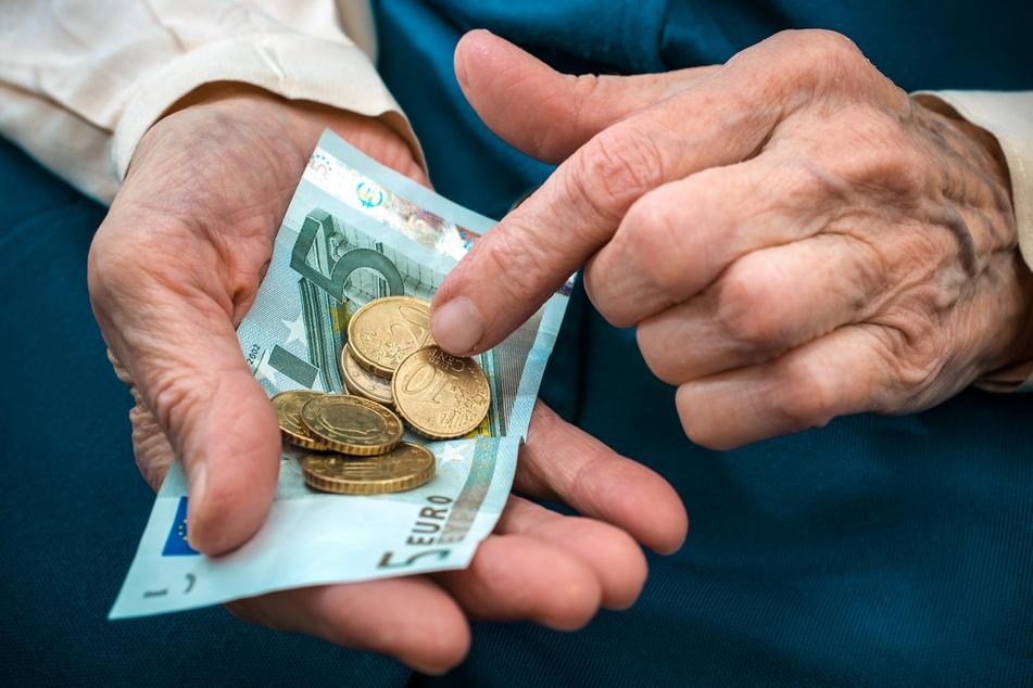 Eine Seniorin hat in Jöhstadt einem Betrüger mehrere zehntausend Euro übergeben. (Symbolbild)