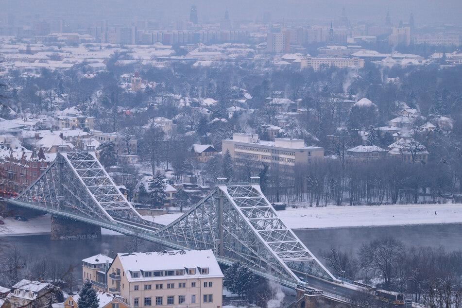 Das Blaue Wunder in Dresden ist mit Schnee bedeckt.