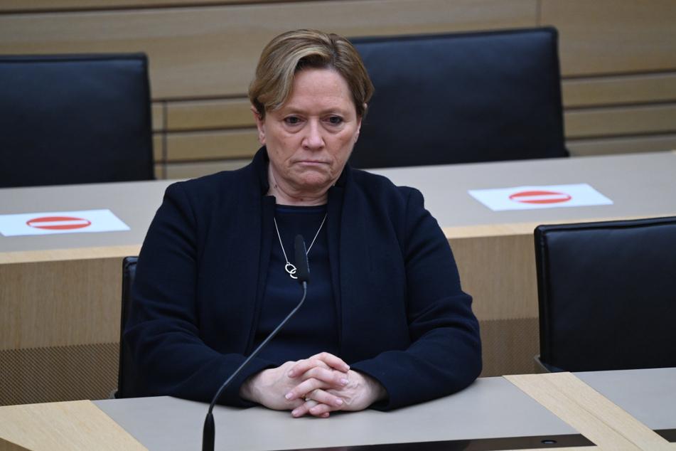 CDU-Spitzenkandidatin und Kultusministerin Susanne Eisenmann (56) sichtlich zerknirscht am Sonntagabend in Stuttgart.