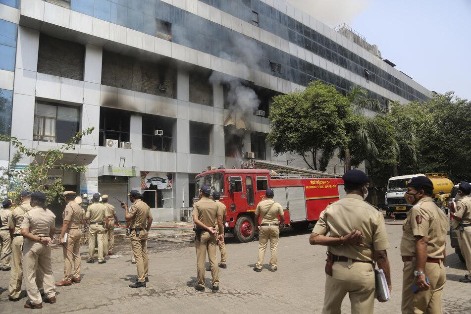 Polizisten stehen während Löscharbeiten der Feuerwehr vor dem Sunrise Hospital.