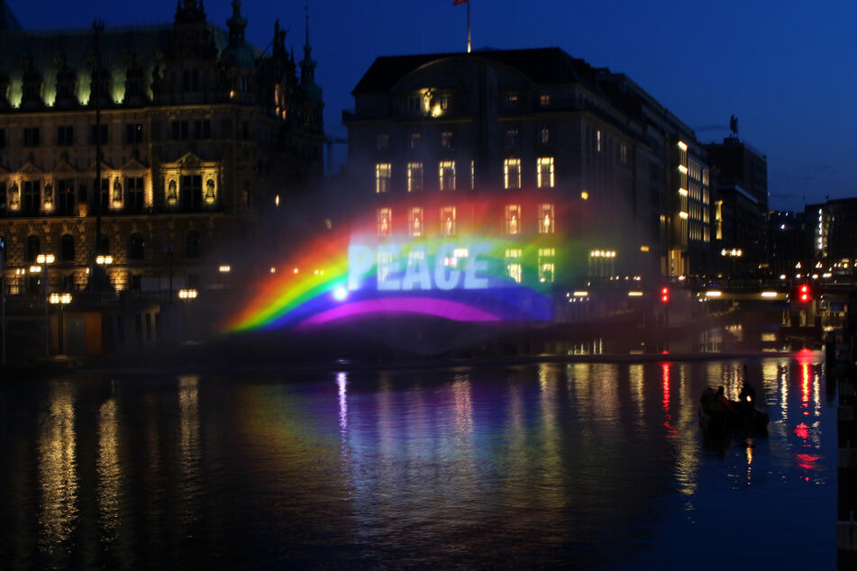 Mit einer Lichtinstallation erinnerte Greenpeace an das Ende des Zweiten Weltkriegs.