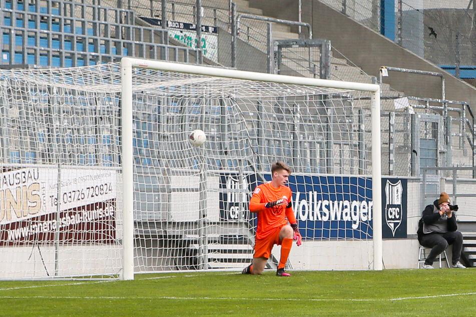 Tor für Chemnitz! Gegen Tim Campulkahatte Wolfsburg Torhüter Philipp Schulze (im Bild) keine Chance.
