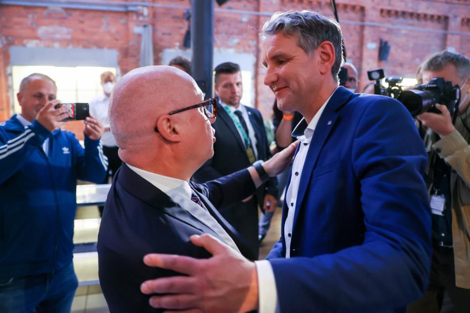 Björn Höcke (49, r.) gratuliert Oliver Kirchner (55, l.), Spitzenkandidat des Landesverbandes AfD Sachsen-Anhalt, nach der Wahl auf der Wahlparty der AfD.