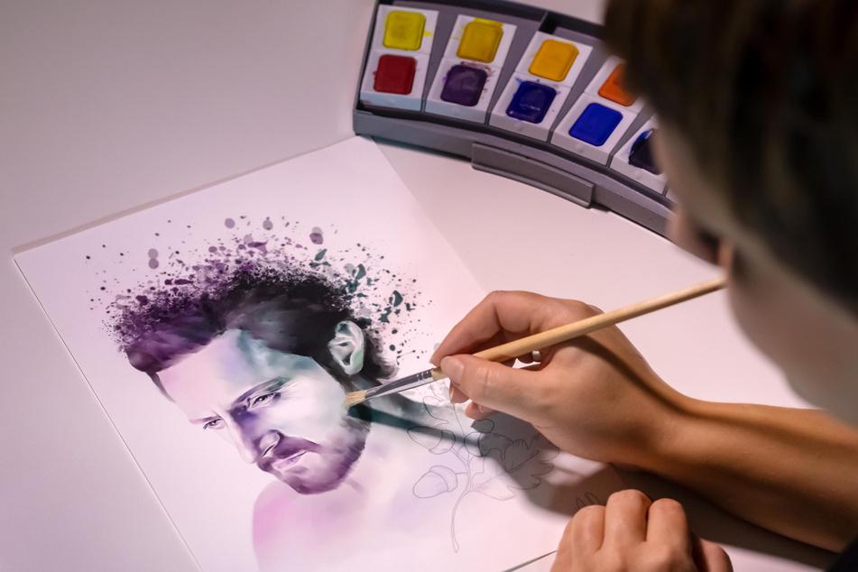 Die Autorin ist auch künstlerisch begabt, malt hier ein Porträt des britischen Schauspielers Richard Armitage (49).