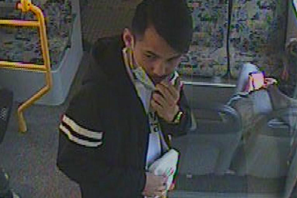Ein Foto zeigt einen der Tatverdächtigen in einer Straßenbahn.