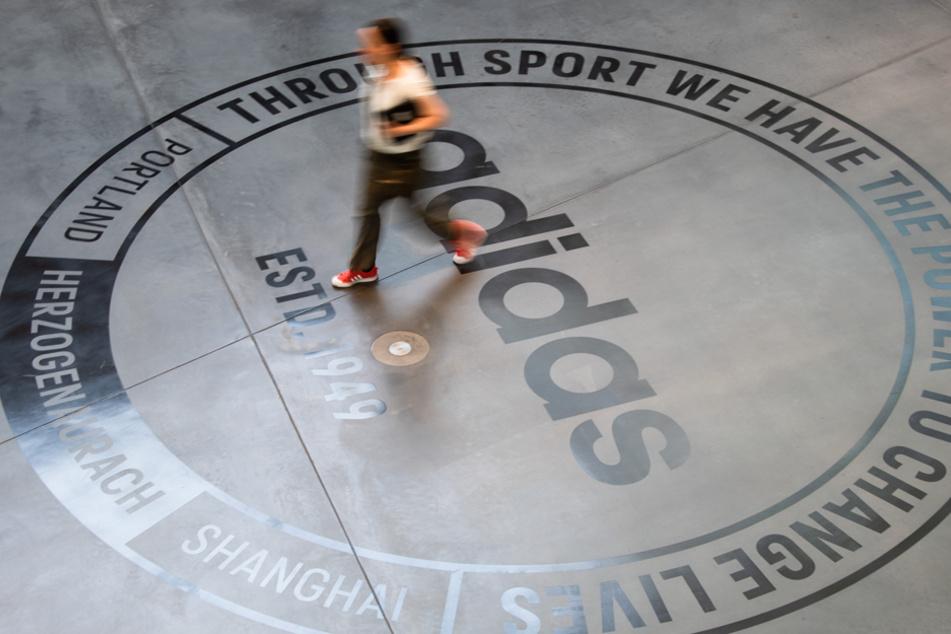 Der Sportarktikelhersteller Adidas steht mit seinen Vermietern in Verhandlungen. (Archiv)