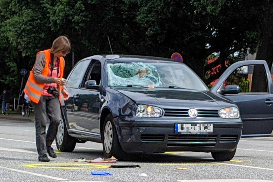 Eine Mitarbeiterin des Verkehrsunfalldienstes untersucht das Auto nach dem Unfall.