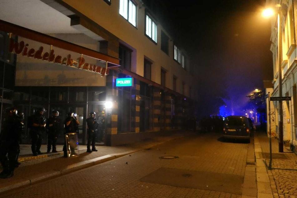 Via Twitter war zu einer Spontandemo aufgerufen worden. Die Demonstranten griffen unter anderem den Polizeiposten in der Wiedebachpassage an.
