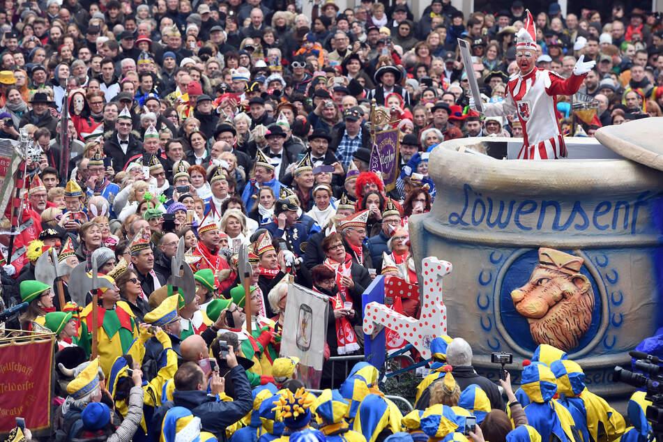 Die Düsseldorfer Karnevalsfigur Hoppeditz hält vor dem Rathaus zum Auftakt der Karnevalssaison seine Rede im Senftopf.