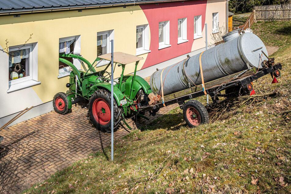 Gülle-Traktor rollt Abhang runter und landet in Kita-Fenster