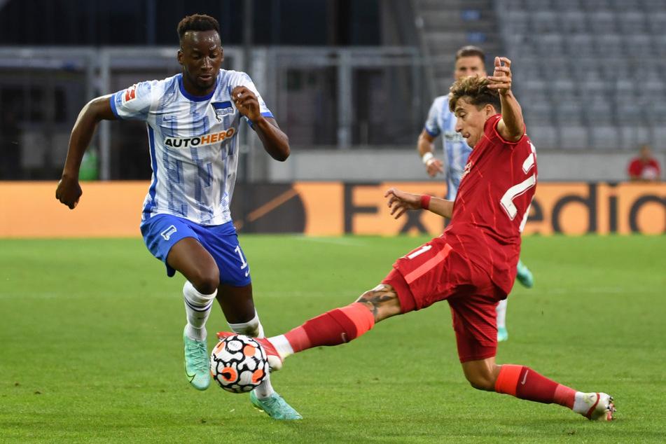 Dodi Lukebakio (l) im Zweikampf mit Liverpools Kostas Tsimikas. Herthas Belgier bereitete zwei Treffer vor.