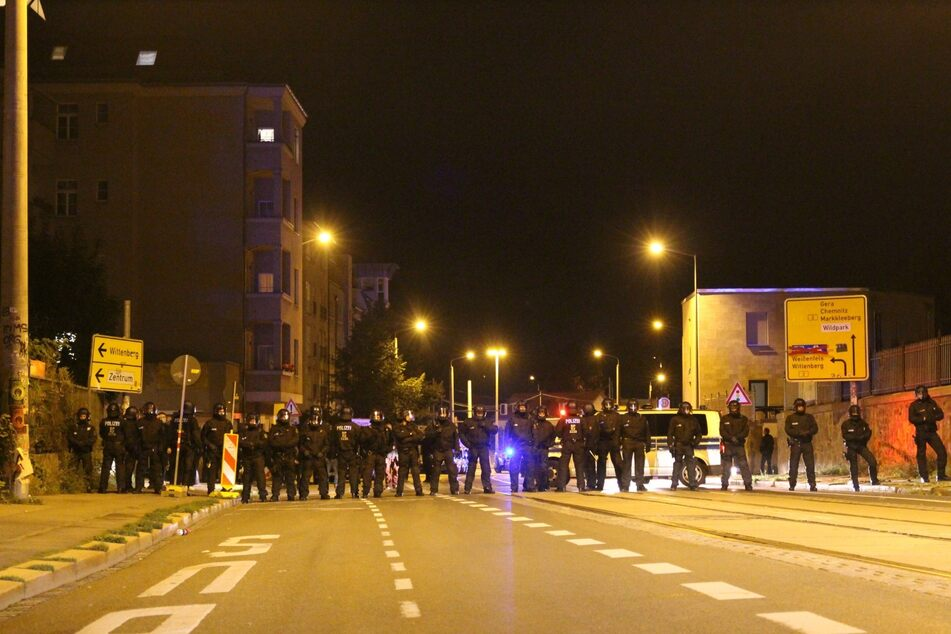 Als auch auf der Wolfgang-Heinze-Straße hatte die Polizei Absperrungen errichtet.