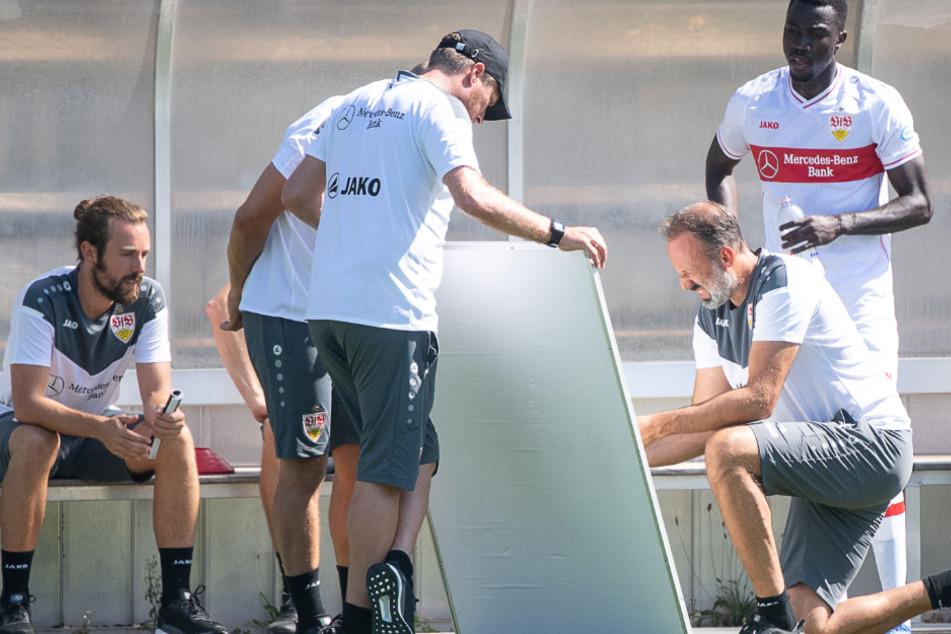 Kniend: VfB-Trainer Pellegrino Matarazzo zeichnet in einer Pause auf ein Whiteboard.
