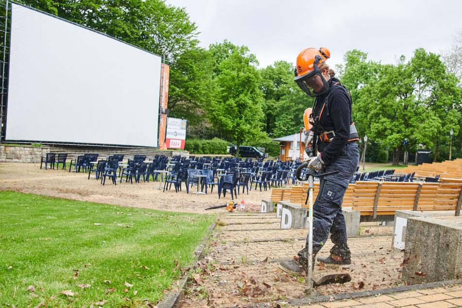 Das Freiluftkino im Volkspark Friedrichshain wird für die Eröffnung vorbereitet.